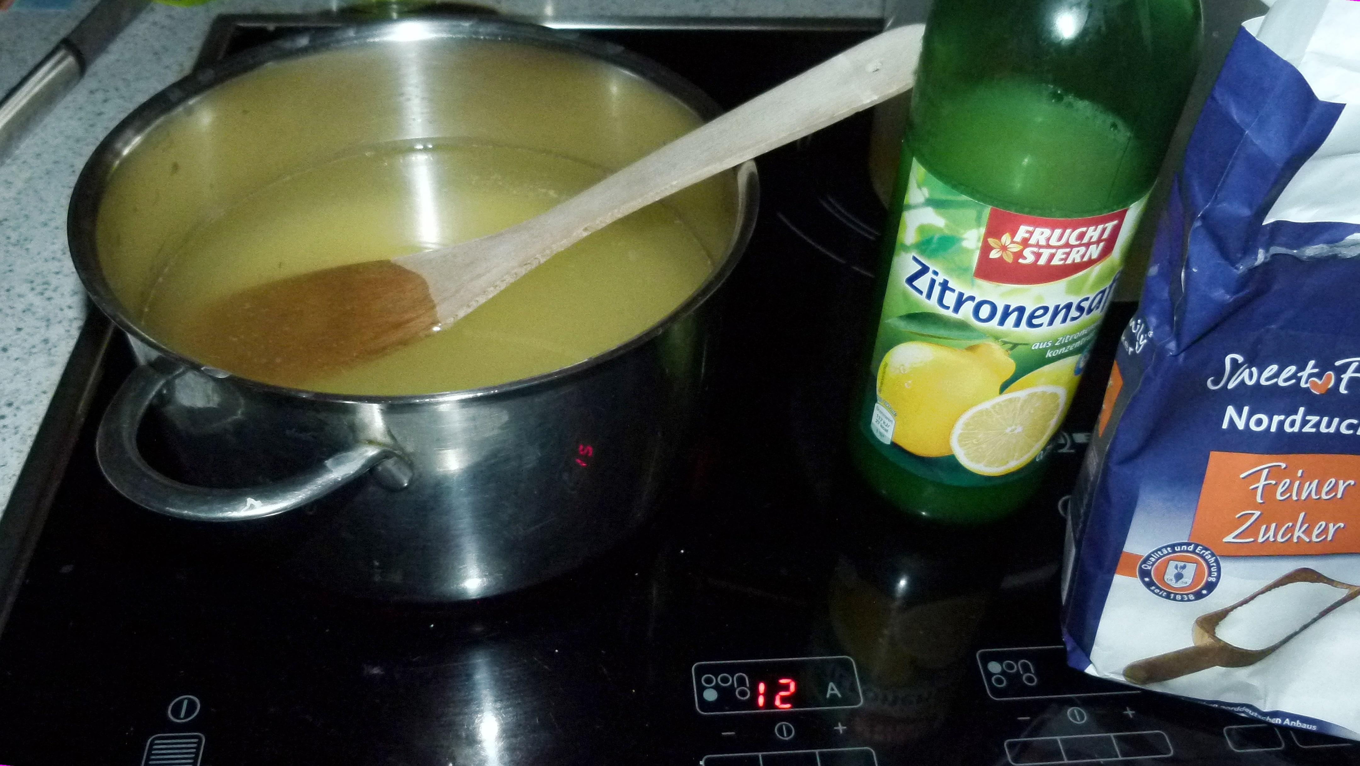 7. Dazu Zitronensäure oder -saft und Zucker, aufkochen